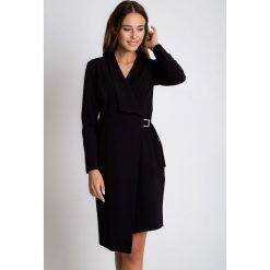Czarna sukienka z zakładką BIALCON. Czarne sukienki damskie BIALCON, eleganckie, z kopertowym dekoltem. Za 369.00 zł.