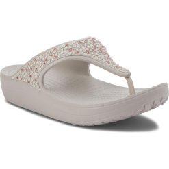 Japonki CROCS - Sloane Embellished Flip 204181 Pearl White. Szare klapki damskie Crocs, z tworzywa sztucznego. W wyprzedaży za 149.00 zł.