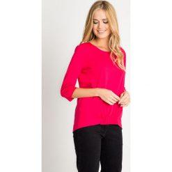 Malinowa bluzka z marszczeniem z przodu QUIOSQUE. Różowe bluzki damskie QUIOSQUE, z jeansu, z asymetrycznym kołnierzem, z krótkim rękawem. W wyprzedaży za 39.99 zł.