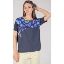 Granatowa bluzka w kwiaty QUIOSQUE. Szare bluzki damskie QUIOSQUE, w jednolite wzory, z dzianiny, eleganckie, z okrągłym kołnierzem, z krótkim rękawem. W wyprzedaży za 59.99 zł.