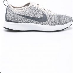 Nike Sportswear - Buty Dulaton Racer. Szare obuwie sportowe damskie Nike Sportswear, z materiału. W wyprzedaży za 239.90 zł.