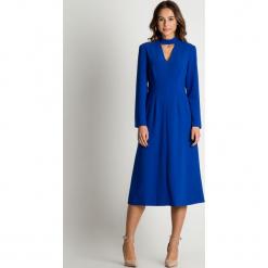 Kobaltowa sukienka z wycięciem na dekolcie BIALCON. Niebieskie sukienki damskie BIALCON, na jesień. Za 355.00 zł.