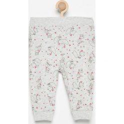 Spodnie z falbankami - Jasny szar. Spodenki niemowlęce marki Reserved. W wyprzedaży za 9.99 zł.