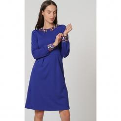 Sukienka w kolorze niebieskim. Niebieskie sukienki damskie TrakaBarraka, z dekoltem na plecach. W wyprzedaży za 139.95 zł.