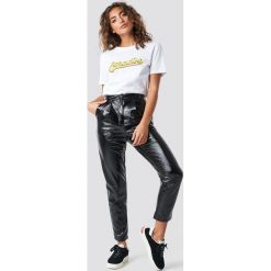 NA-KD Trend Lakierowane spodnie z wysokim stanem - Black. Czarne spodnie materiałowe damskie NA-KD Trend, z lakierowanej skóry. Za 202.95 zł.