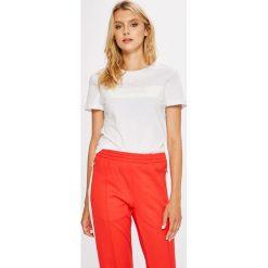 Calvin Klein Jeans - Top. Szare topy damskie Calvin Klein Jeans, z nadrukiem, z bawełny, z okrągłym kołnierzem, z krótkim rękawem. W wyprzedaży za 159.90 zł.