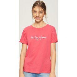 T-shirt z napisem - Pomarańczo. Różowe t-shirty damskie Sinsay, z napisami. W wyprzedaży za 19.99 zł.