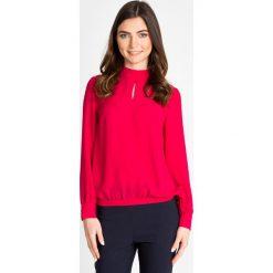 Malinowa bluzka ze stójką z wiązaniem QUIOSQUE. Różowe bluzki damskie QUIOSQUE, z tkaniny, biznesowe, ze stójką. W wyprzedaży za 49.99 zł.