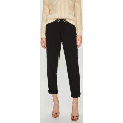 Guess Jeans - Spodnie Sofia. Szare spodnie materiałowe damskie Guess Jeans. Za 399.90 zł.