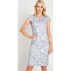 Ołówkowa sukienka w duże niebieskie kwiaty QUIOSQUE. Niebieskie sukienki damskie QUIOSQUE, w kwiaty, z koronki, z kopertowym dekoltem, z krótkim rękawem. W wyprzedaży za 99.99 zł.