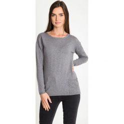 Szary sweter z kieszonką QUIOSQUE. Szare swetry damskie QUIOSQUE, z dzianiny, z klasycznym kołnierzykiem. W wyprzedaży za 79.99 zł.