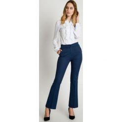 Spodnie w kant z nogawkami w lekki dzwonek BIALCON. Niebieskie spodnie materiałowe damskie BIALCON. W wyprzedaży za 120.00 zł.