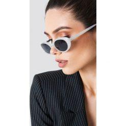 NA-KD Accessories Owalne okulary przeciwsłoneczne retro - White. Okulary przeciwsłoneczne damskie marki QUECHUA. W wyprzedaży za 40.47 zł.