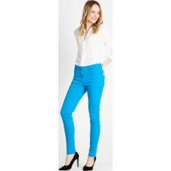 Turkusowe elastyczne spodnie QUIOSQUE. Niebieskie spodnie materiałowe damskie QUIOSQUE, w jednolite wzory, z denimu. W wyprzedaży za 79.99 zł.