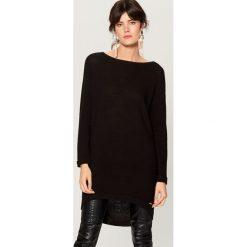Długi sweter z asymetrycznym dołem - Czarny. Czarne swetry damskie Mohito, z asymetrycznym kołnierzem. Za 99.99 zł.