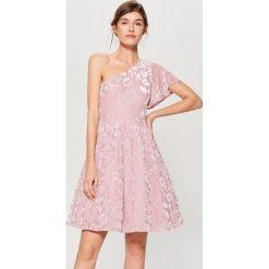 Sukienka z welurowym zdobieniem - Różowy. Czerwone sukienki damskie Mohito, z weluru. W wyprzedaży za 99.99 zł.
