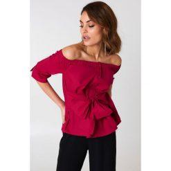 Boohoo Koszula z odkrytymi ramionami i wiązaniem - Red. Czerwone koszule damskie Boohoo, z bawełny, z krótkim rękawem. W wyprzedaży za 30.29 zł.