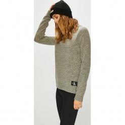 Calvin Klein Jeans - Sweter. Szare swetry damskie Calvin Klein Jeans, z dzianiny, z okrągłym kołnierzem. Za 549.90 zł.