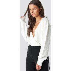 NA-KD Trend Sweter z kopertowym dekoltem - White. Białe swetry damskie NA-KD Trend, z kopertowym dekoltem. Za 121.95 zł.