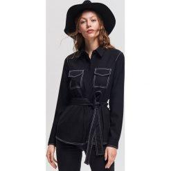 Koszula z kontrastowymi wykończeniami - Czarny. Czarne koszule damskie Reserved, z kontrastowym kołnierzykiem. Za 139.99 zł.