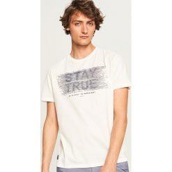T-shirt z nadrukiem Stay true - Kremowy. T-shirty męskie marki Giacomo Conti. W wyprzedaży za 29.99 zł.