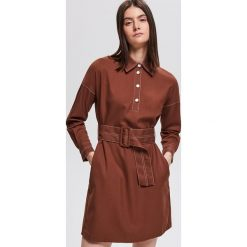 Sukienka z paskiem - Brązowy. Brązowe sukienki damskie Reserved. Za 179.99 zł.