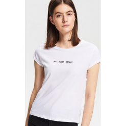 T-shirt z minimalistycznym napisem - Biały. T-shirty damskie marki DOMYOS. Za 24.99 zł.