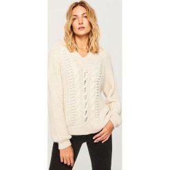 Sweter o grubym splocie - Kremowy. Białe swetry damskie Reserved, ze splotem. Za 139.99 zł.