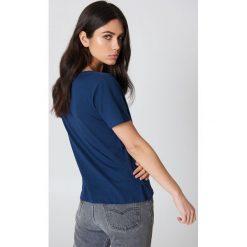 NA-KD Basic T-shirt z dekoltem V - Blue,Navy. Niebieskie t-shirty damskie NA-KD Basic, z bawełny. W wyprzedaży za 22.17 zł.