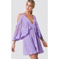 Trendyol Sukienka mini z koronkowymi detalami - Purple. Fioletowe sukienki damskie Trendyol, w kolorowe wzory, z koronki. W wyprzedaży za 97.17 zł.