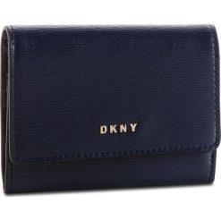 Mały Portfel Damski DKNY - Bryant Card Case Id R82Z3503 Navy NVY 410. Niebieskie portfele damskie DKNY, ze skóry. Za 289.00 zł.
