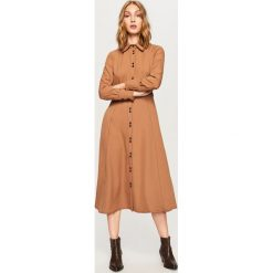 Sukienka z kontrastowym obszyciem - Beżowy. Brązowe sukienki damskie Reserved, z kontrastowym kołnierzykiem. Za 199.99 zł.