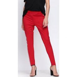 Czerwone Spodnie Chasing Stars. Czerwone spodnie dresowe damskie Born2be, w kolorowe wzory, z dresówki. Za 19.99 zł.