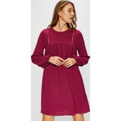 Trendyol - Sukienka. Czerwone sukienki damskie Trendyol, z poliesteru, casualowe, z okrągłym kołnierzem. Za 119.90 zł.