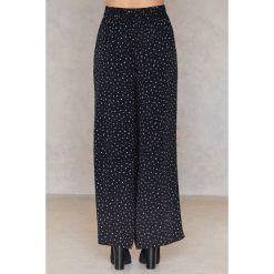 Saint Tropez Spodnie w nieregularne groszki - Black,Multicolor. Czarne spodnie materiałowe damskie Saint Tropez, w grochy, z tkaniny. W wyprzedaży za 97.18 zł.