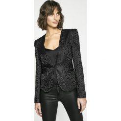 Guess Jeans - Żakiet Freddie. Czarne żakiety damskie Guess Jeans, z haftami, z acetatu, casualowe. W wyprzedaży za 449.90 zł.