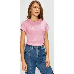 Calvin Klein Jeans - Top. Szare topy damskie Calvin Klein Jeans, z nadrukiem, z bawełny, z okrągłym kołnierzem, z krótkim rękawem. Za 119.90 zł.
