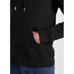 Soulland GUY HOODED WITH LOGO EMBROIDERY  Bluza z kapturem black. Kardigany męskie Soulland, z bawełny. W wyprzedaży za 548.10 zł.