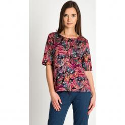 Oversize'owa bluzka z kolorowym wzorem QUIOSQUE. Czerwone bluzki damskie QUIOSQUE, w kolorowe wzory, z dzianiny, z dekoltem w łódkę. Za 139.99 zł.
