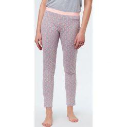 Etam - Spodnie piżamowe Trisha. Szare piżamy damskie Etam, z bawełny. W wyprzedaży za 59.90 zł.