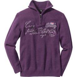 Sweter ze stójką Regular Fit bonprix jagodowy. Swetry przez głowę męskie marki Giacomo Conti. Za 49.99 zł.