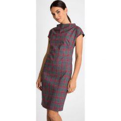 Szara sukienka w malinową kratę QUIOSQUE. Różowe sukienki damskie QUIOSQUE, z dzianiny, biznesowe, ze stójką, z krótkim rękawem. W wyprzedaży za 139.99 zł.