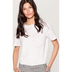 Koszulka z kontrastowymi przeszyciami - Biały. Białe bluzki damskie Mohito, z kontrastowym kołnierzykiem. Za 39.99 zł.