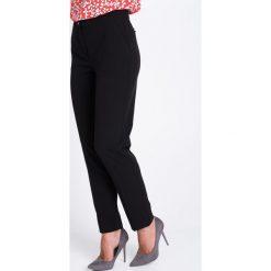 Eleganckie czarne spodnie w kant QUIOSQUE. Czarne spodnie materiałowe damskie QUIOSQUE, z tkaniny. W wyprzedaży za 119.99 zł.