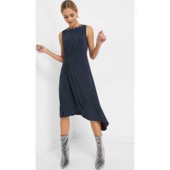 Asymetryczna sukienka midi. Niebieskie sukienki damskie Orsay, w paski, z dzianiny, wizytowe, z asymetrycznym kołnierzem. Za 119.99 zł.