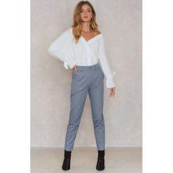 NA-KD Bawełniane spodnie w luźnym kroju - Blue. Niebieskie spodnie materiałowe damskie NA-KD, z bawełny. W wyprzedaży za 81.18 zł.