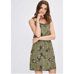 Vero Moda - Sukienka. Szare sukienki damskie Vero Moda, z dzianiny, casualowe, z okrągłym kołnierzem, na ramiączkach. W wyprzedaży za 99.90 zł.