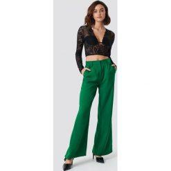 NA-KD Trend Rozszerzane spodnie z wysokim stanem - Green. Zielone spodnie materiałowe damskie NA-KD Trend, z haftami. Za 161.95 zł.