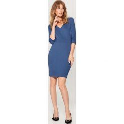Dopasowana sukienka z dekoltem w szpic - Niebieski - 2