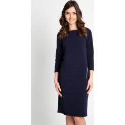 Granatowa prążkowana sukienka QUIOSQUE. Szare sukienki damskie QUIOSQUE, w prążki, z dzianiny, biznesowe, z dekoltem na plecach, z długim rękawem. W wyprzedaży za 79.99 zł.
